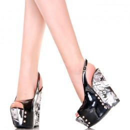 Sandały - Czarne Lakierowane z Gazetową Koturną
